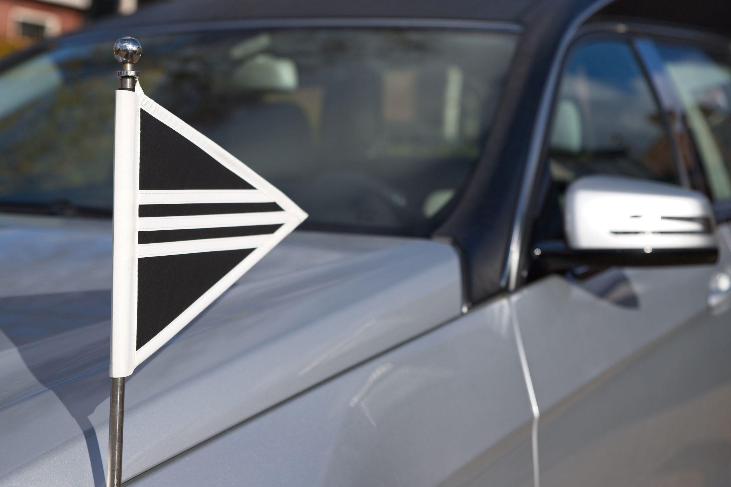 vlag uitvaart op lijkwagen